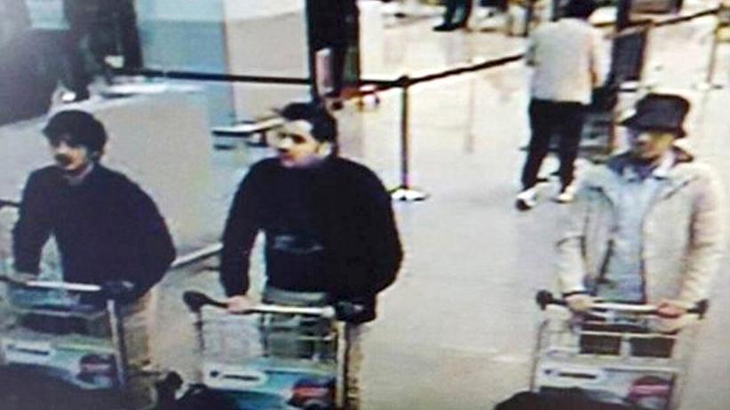 Brüssel: Bild der Überwachungskamera vom Flughafen, auf dem rechts ein bislang noch flüchtiger Verdächtiger zu sehen ist
