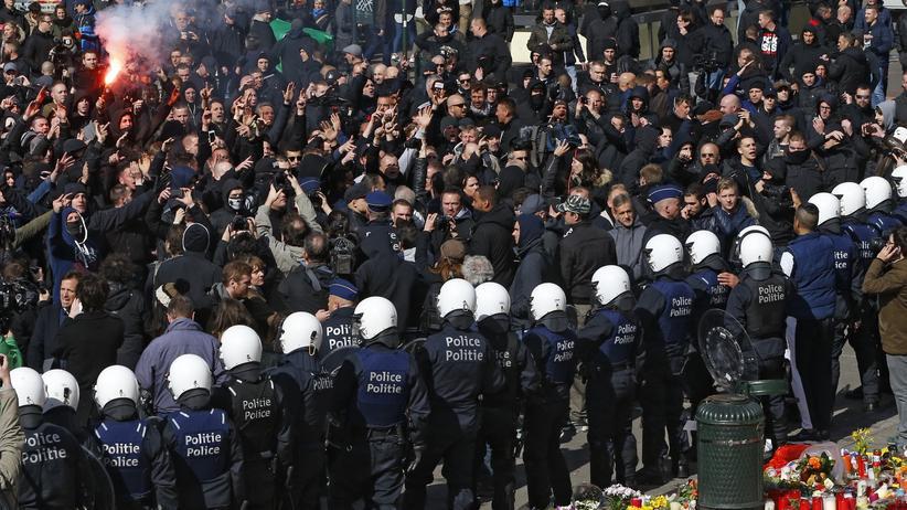 Belgische Hooligans stören Gedenkveranstaltung in Brüssel.