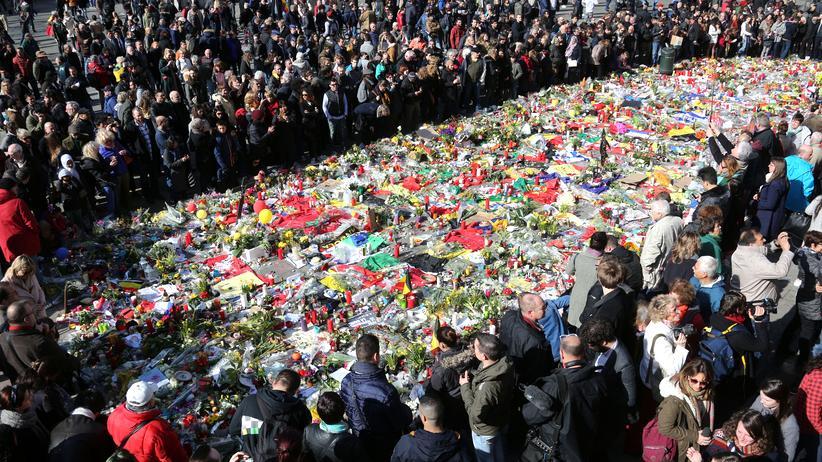 Brüssel: Trauernde auf dem Place de la Bourse in Brüssel