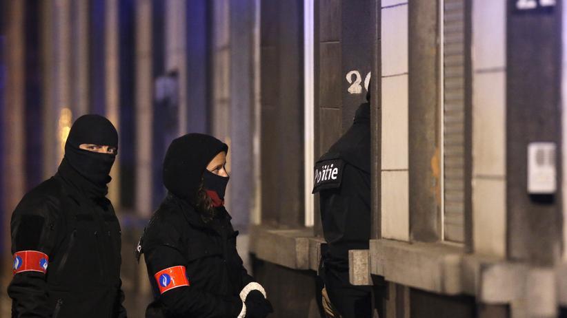 Brüssel: Maskierte Polizisten durchsuchen nach dem Attentat einen Hauseingang in Brüssel-Schaerbeek.
