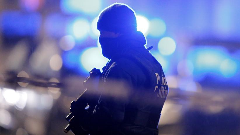 Brüssel: Bei Razzien in Brüssel nahmen Polizisten zwei Tage nach den Anschlägen sechs Verdächtige fest.