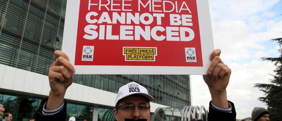 """""""Zaman""""-Angestellte protestieren nach der Übernahme der Zeitung durch den Staat. Zwei Tage später wurde auch die oppositionelle Nachrichtenagentur Cihan unter Zwangsverwaltung gestellt."""