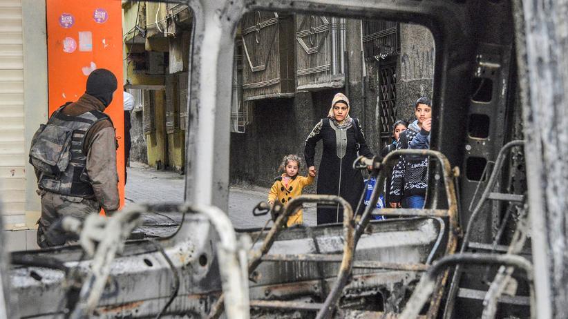 Türkei: Einwohner und Sicherheitskräfte in Diyarbakir