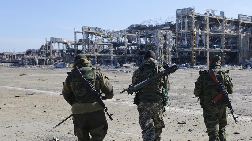 Separatistenkämpfer vor den Überresten des Donezker Flughafens (Archiv)