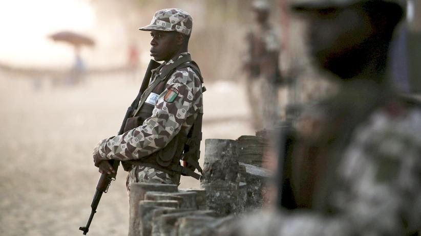 Sicherheitskräfte wachen am Strand nach dem Anschlag in Groß Bassam