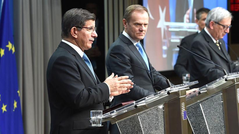 EU-Gipfel: Neues Angebot, Verhandlungen vertagt: Der türkische Regierungschef Davutoğlu (links) spricht mit EU-Ratspräsident Tusk und Kommissionschef Juncker nach dem Ende des Gipfels über das Treffen in Brüssel.