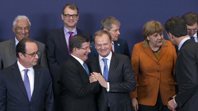 Der türkische Premier Ahmet Davutoğlu (Mitte links) stellt sich zusammen mit den Staats- und Regierungschefs der EU in Brüssel zum Gruppenbild auf.