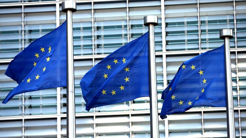 EU-Gipfel: Flaggen der Europäischen Union vor dem Gebäude der EU-Kommission