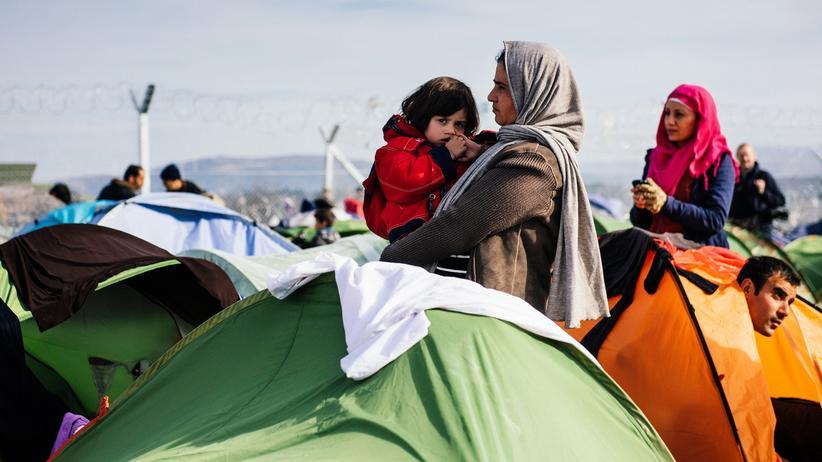 Flüchtlingspolitik: Auf dem Weg in die EU: Ein Mann liegt neben dem Flüchtlingslager in Idomeni an der Grenze zwischen Griechenland und Mazedonien.