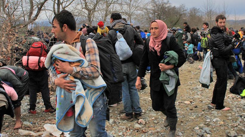 Flüchtlinge vor der Flussüberquerung