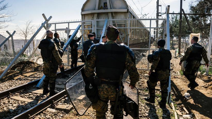 Mazedonische Polizisten sichern die Grenze nahe Gevgelija.