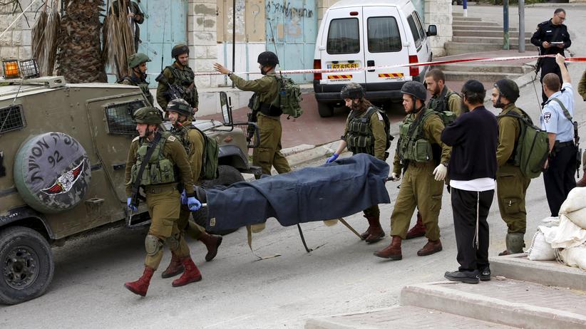 Westjordanland: Israelische Soldaten transportieren am 24. März 2016 einen der beiden in Hebron getöteten Palästinenser ab.