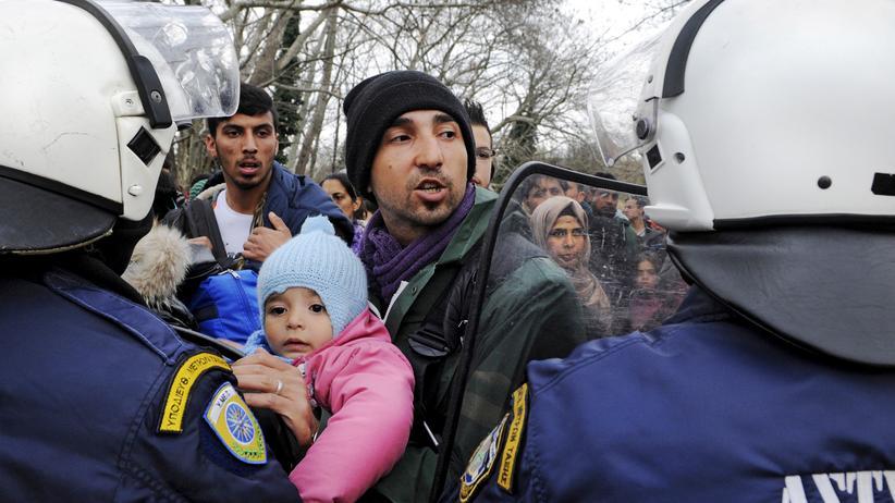 Idomeni: Flüchtlinge werden an der griechisch-mazedonischen Grenze von griechischen Polizisten aufgehalten.