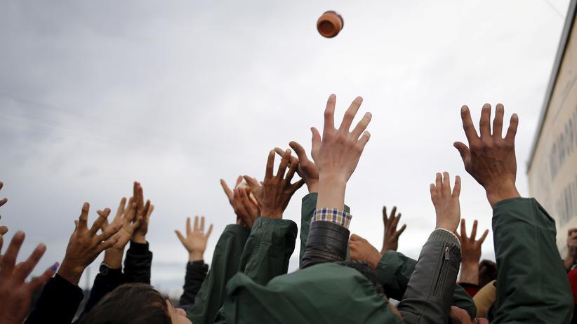 Flüchtlinge: Flüchtlinge bei Idomeni an der mazedonischen Grenze während einer Lebensmittelverteilung