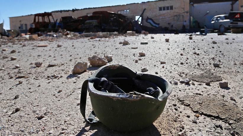 IS-Rückkehrer: Nur der Helm eines IS-Kämpfers ist übrig geblieben, nachdem die Terrororganisation eine ihrer Basis-Stationen in Syrien aufgeben musste.