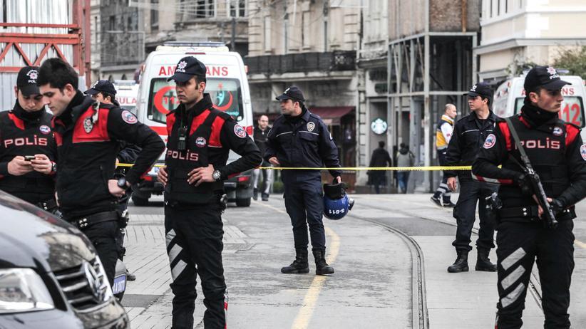 Türkei: Türkische Polizisten nahe des Tatorts in der İstiklâl