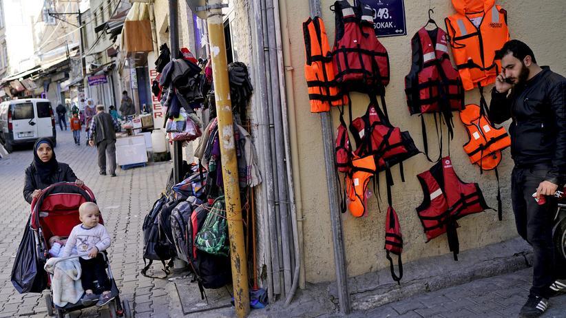 EU-Türkei-Gipfel : In der türkischen Hafenstadt Izmir verkaufen sich Schwimmwesten gut.
