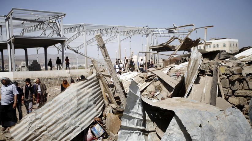 Durch einen Luftangriff zerstörtes Gebäude der Saudis