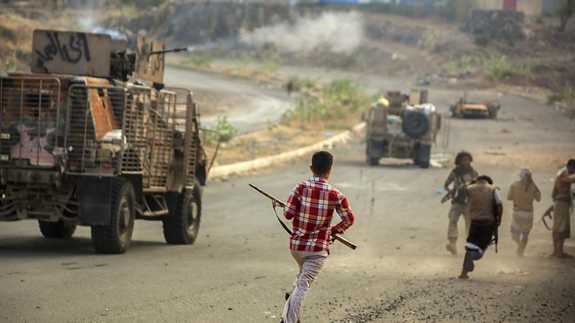 Jemen-Krieg: Jeminitische Kämpfer, die loyal zu Präsident Hadi stehen, stürmen in ein Gefecht mit Einheiten der Huthi-Milizen westlich der Stadt Taez.