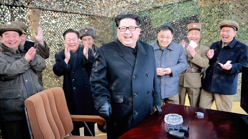 Kim Jong Un: Propagandabild von Nordkoreas Machthaber Kim Jong Un beim angeblichen Test eines neuen Raketensystems