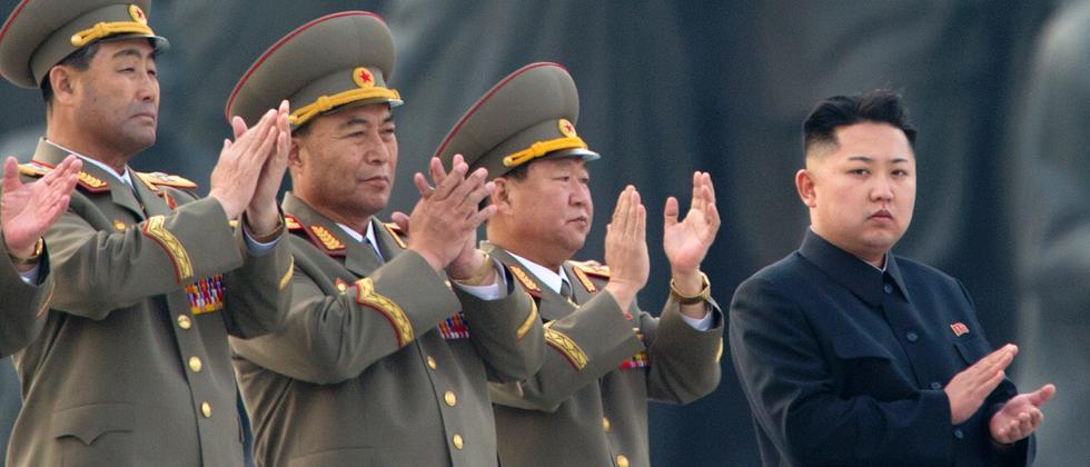 Nordkoreas Machthaber Kim Jong Un beobachtet einen Raketenstart.