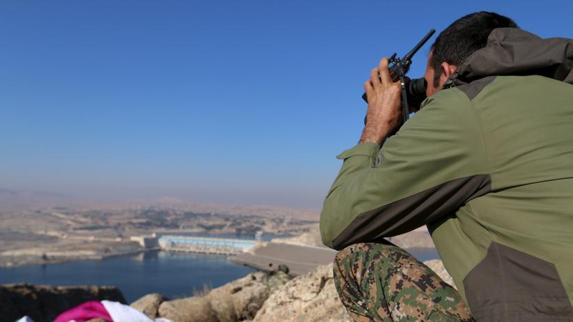 """Ein kurdischer Kämpfer beobachtet die Tischrin-Talsperre südlich von Kobane im Norden Syriens. Die PYD hatte dieses Gebiet im Dezember 2015 vom """"Islamischen Staat"""" befreit."""
