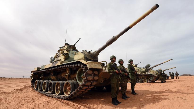 Tunesien: Tunesische Soldaten an der Grenze zu Libyen bei einer militärischen Übung (Bild vom 6. Februar, nahe dem Grenzübergang Ras Ajdir)