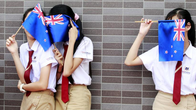 Volksabstimmung: Studentinnen mit der alten Flagge Neuseelands