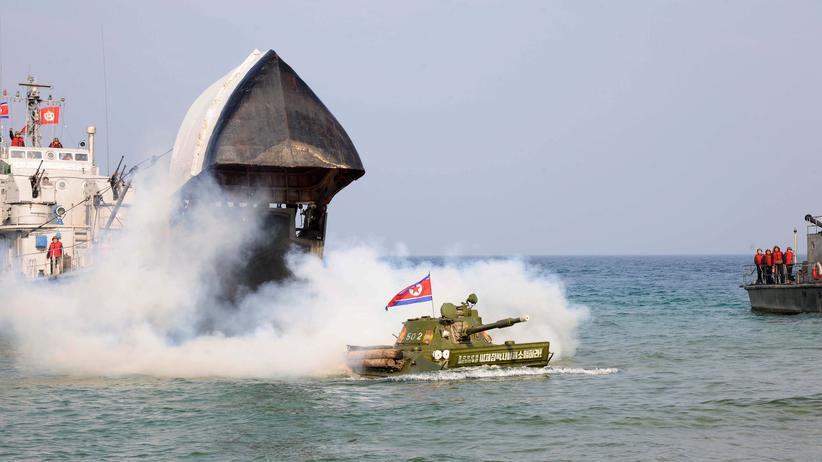 Nordkorea: Nordkoreanische Soldaten während eines Manövers auf See