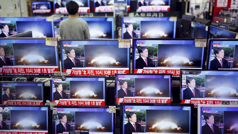 Sanktionen: Der Nuklear-Test wird in einem nordkoreanischen Elektronikladen übertragen.