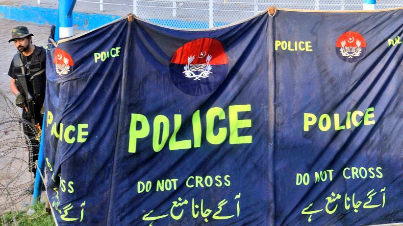 Nach dem Selbstmordattentat: Ein Polizist am Rande des größten Parks von Lahore.