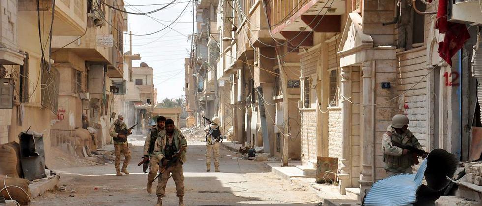 Syrische Regierungstruppen in den Straßen von Palmyra