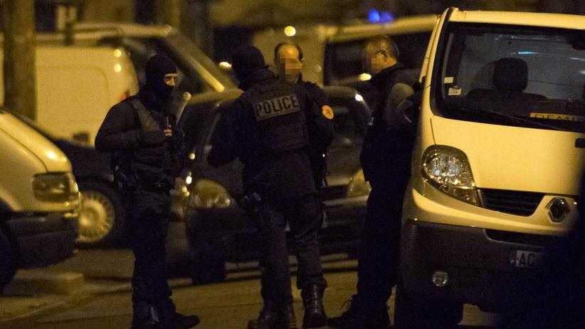 Paris: Polizeibeamte konnten laut französischer Regierung durch eine Razzia in Argenteuil einen weiteren Anschlag vereiteln.