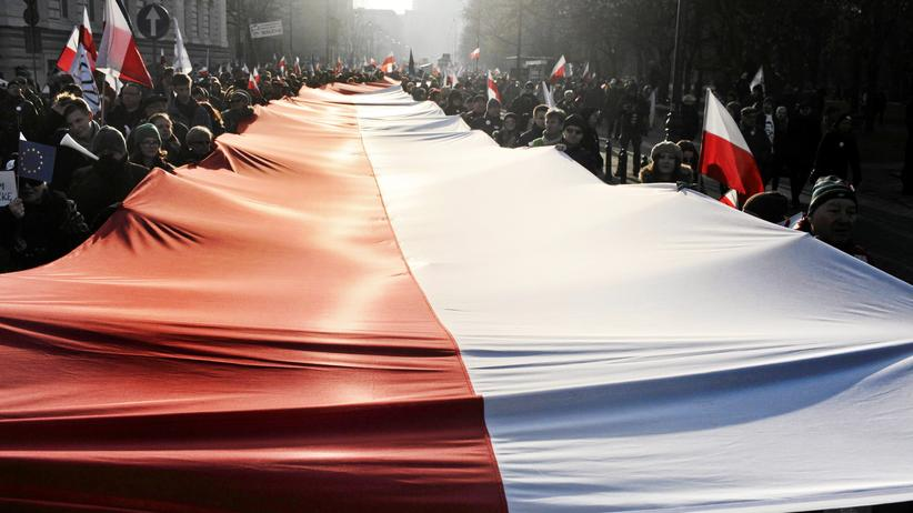 Europa: People hold a Polish national flag during a demonstration in Warsaw, Poland February 27, 2016. Poles protested on Saturday against the ruling Law and Justice (PiS) party and the government's recent accusations of Lech Walesa collaborating with the communist-era secret services. REUTERS/Krzysztof Miller/Agencja Gazeta THIS IMAGE HAS BEEN SUPPLIED BY A THIRD PARTY. IT IS DISTRIBUTED, EXACTLY AS RECEIVED BY REUTERS, AS A SERVICE TO CLIENTS. POLAND OUT. NO COMMERCIAL OR EDITORIAL SALES IN POLAND. - RTS89ZZ
