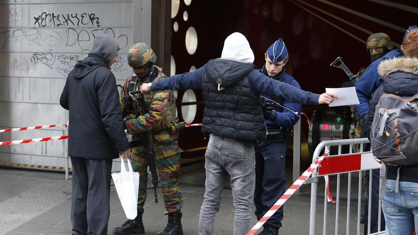 Brüssel: Polizisten durchsuchen Personen in Brüssel.