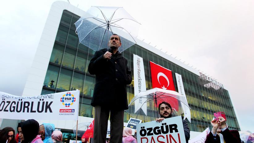 """""""Zaman""""-Mitarbeiter protestieren vor dem Redaktionsgebäude in Istanbul."""