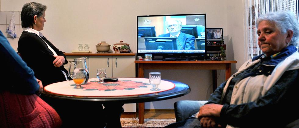 Überlebende des Srebrenica-Massakers schauen das Urteil gegen Radovan Karadžić im Fernsehen an.