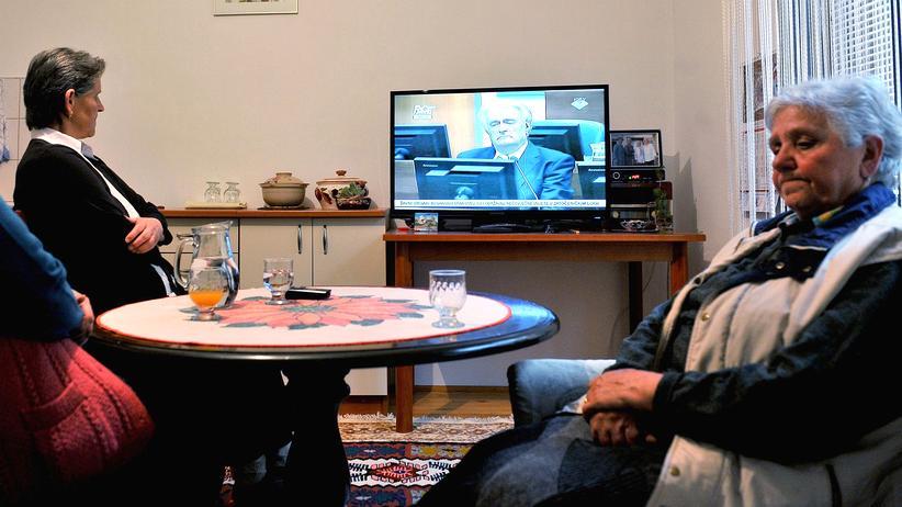 Massaker von Srebrenica: Überlebende des Srebrenica-Massakers schauen das Urteil gegen Radovan Karadžić im Fernsehen an.