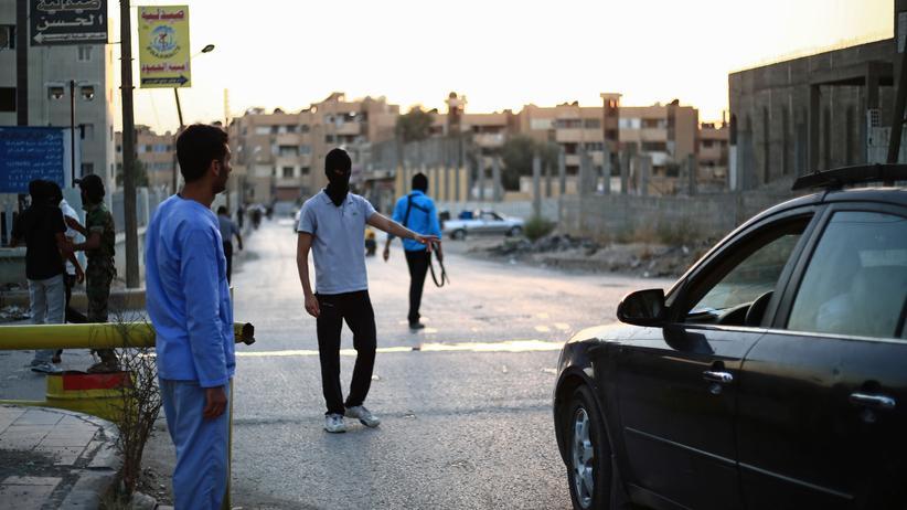 """""""Islamischer Staat"""": Junge Syrer, die der Gruppe """"Islamische Polizei"""" angehören, kontrollieren Autos in der syrischen Stadt Rakka. (Archivbild)"""