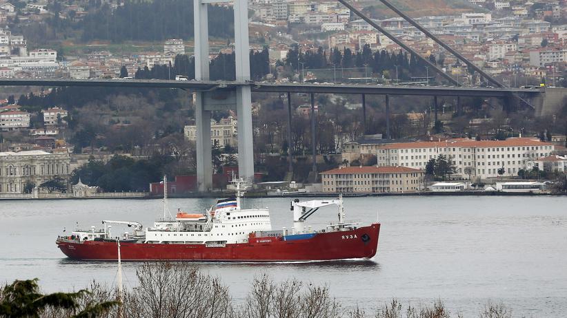 """Der russische Eisbrecher """"Jausa"""" im Bosporus"""