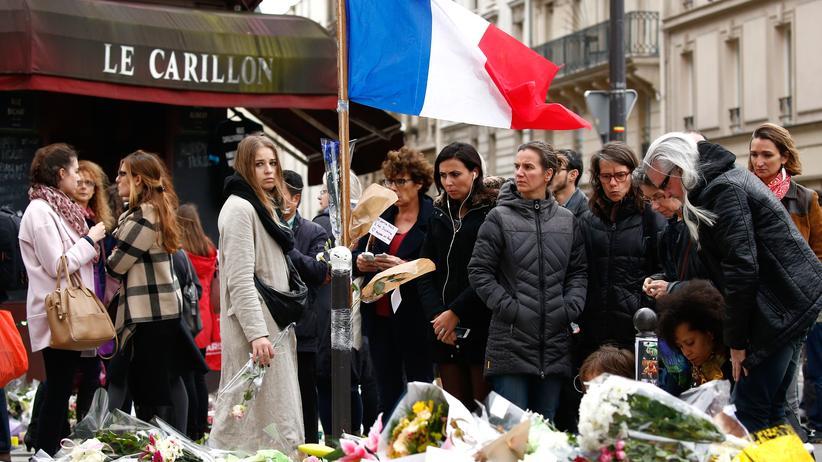 """Anschläge in Paris: Menschen trauern vor dem """"Le Carillion"""" um die Opfer der Pariser Attentate."""