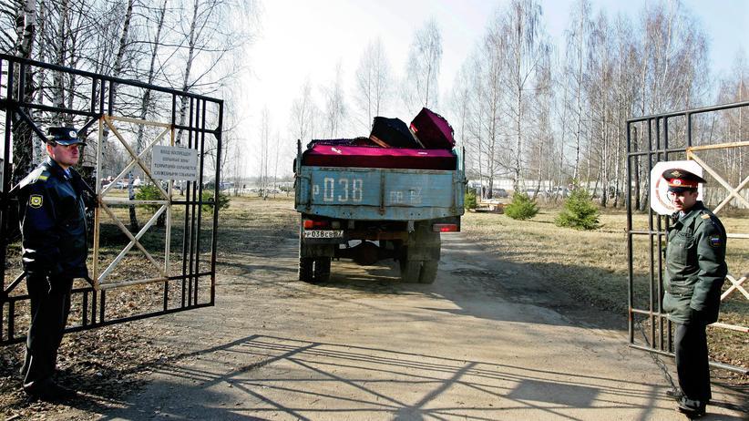 Smolensk: Transport der Leichen am Rande des Flughafens von Smolensk