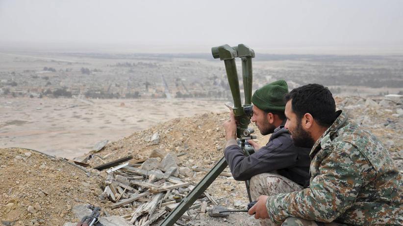 Syrien: Regierungstreue syrische Soldaten überwachen auf einem Hügel die vom IS eroberte Altstadt von Palmyra.