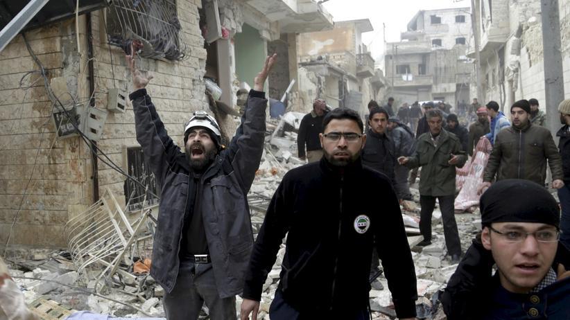 Syrien: Zivilisten in der syrischen Stadt Maaret al-Numan nach einem Bombenangriff von russischen Flugzeugen