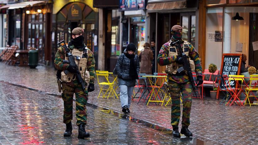 Terrorismus: Bewaffnete Polizisten patroullieren Ende November 2015 in Brüssel.