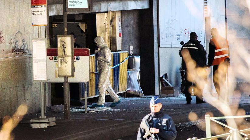 Forensiker vor der Brüsseler Metrostation Maelbeek wenige Stunden nach den Anschlägen am Dienstagmorgen