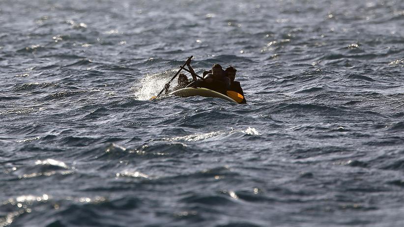 Migranten rudern im Schlauchboot auf rauer See zwischen Griechenland und Türkei, nachdem ihr Bordmotor ausgefallen ist.