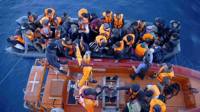 EU-Gipfel: Flüchtlinge und Migranten steigen auf ein Boot der türkischen Küstenwache, nachdem ihre Überfahrt auf eine griechische Insel misslungen ist.