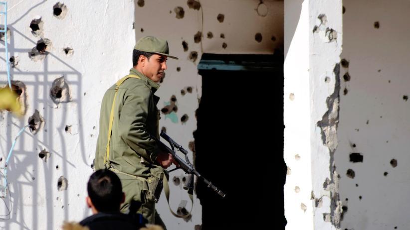Ein Mitglied der tunesischen Sondereinsatzkräfte in der Grenzstadt Ben Guerdane