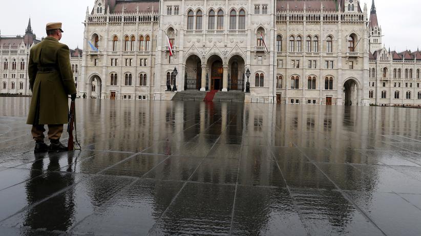 Ein Soldat vor dem ungarischen Parlament in Budapest.